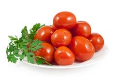 In Essig eingelegte rote Tomaten mit grüner Petersilie Lizenzfreies Stockfoto