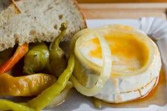 In Essig eingelegter Camembert-Käse mit Pfeffern und Brot Stockbild