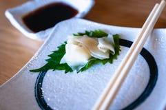 In Essig eingelegter Ingwer auf einem grünen Blatt in einer weißen Platte stockfotografie