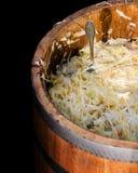 In Essig eingelegter Kohl und Karotten in einem hölzernen Fass Lizenzfreie Stockfotos