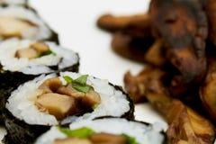 In Essig eingelegter Shiitake auf weißer Platte, Nahaufnahme lizenzfreies stockfoto