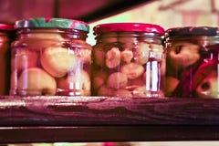 In Essig eingelegtes eingemachtes Gemüse in den bunten Gläsern Lizenzfreie Stockfotos