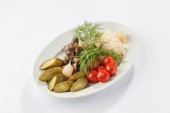 In Essig eingelegtes Gemüse auf weißer Platte Stockbilder