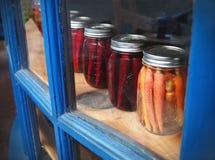 In Essig eingelegtes Gemüse in Mason Jars Lizenzfreie Stockfotografie