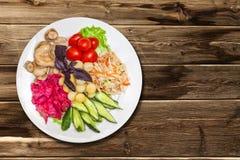 In Essig eingelegtes Gemüse mit Kartoffeln Stockfoto