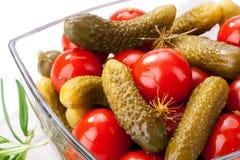 In Essig eingelegtes Gemüse in der Glasschüsselnahaufnahme auf weißem Hintergrund Stockbild