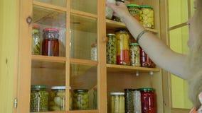 In Essig eingelegtes Lebensmittelregal des Mädchens stock footage
