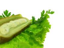 Essiggurke und Salat stockbilder