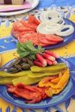 Essiggurken-, Tomatenzwiebeln und Rettiche für die Feiertagsmahlzeiten Lizenzfreie Stockfotografie