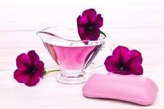 Essência do sabão e da flor Imagens de Stock Royalty Free