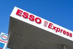 Esso uttrycklig bokstäver på bensinstationen arkivbild