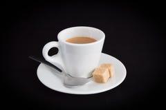 Esspresso com os cubos da colher e do açúcar Imagens de Stock Royalty Free