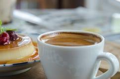Esspresso kawa w białej filiżance na stole Zdjęcia Stock