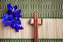 Essstäbchen auf der Bambusmatte Lizenzfreie Stockfotos