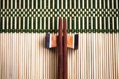 Essstäbchen auf der Bambusmatte Stockfotos