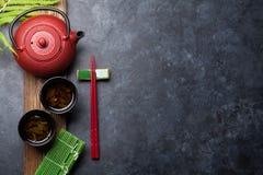 Essstäbchen des grünen Tees und der Sushi lizenzfreie stockfotografie