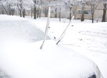 Essuie-glace congelé au pare-brise de la voiture images libres de droits