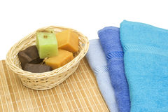 Essuie-main bleus avec du savon Photos libres de droits