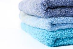 Essuie-main bleus empilés photo stock