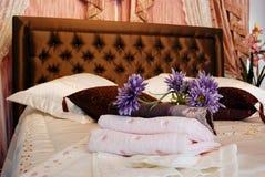 Essuie-main dans la chambre d'hôtel. Photo stock