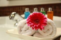 Essuie-main et fleur Photos stock