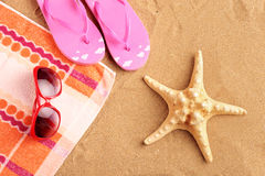 Essuie-main, santals, lunettes de soleil et étoiles de mer Photos libres de droits