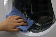 Essuyage de la porte de la machine à laver Photos libres de droits