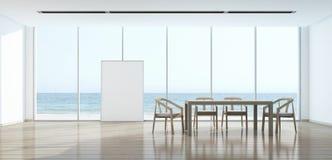 Esszimmer der Seeansicht im modernen Haus mit Bilderrahmen Stockfotografie
