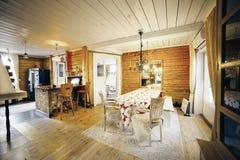 Esszimmer im klassischen Holzhaus Lizenzfreie Stockfotos