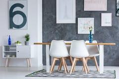 Esszimmer mit blauen Elementen Lizenzfreie Stockfotografie