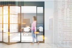 Esszimmer mit einer ungewöhnlichen Tür, Mädchen Lizenzfreies Stockfoto
