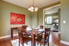 Esszimmer mit grünen Wänden und Kirschfußboden. Stockfotografie