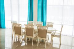 Esszimmer mit Holztisch und Stühlen Heller Innenraum Unscharfer Hintergrund stockfotografie