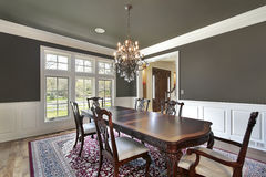 Esszimmer mit Olive-farbigen Wänden Stockbilder