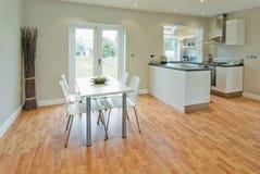 Esszimmer und Küche Stockbild