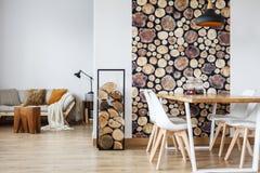 Esszimmerinnenraum mit Brennholz stockfoto