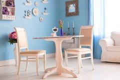 Esszimmerinnenraum mit der blauen Wand der dekorativen Platten der Blumen Stockbilder