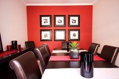 Esszimmerinnenraum mit roter Wand Stockfotografie