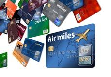 Está aqui um cartão de crédito das recompensas do ar com os cartões de crédito da linha aérea que flutuam no ar ilustração stock