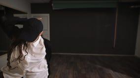 Está ensaiando em um estúdio vazio É séria e paga seu ensaio das forças do último O dançarino cumpre o movimento dentro filme