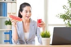 Está realmente feliz ver o suco da melancia no escritório para a SU Fotos de Stock Royalty Free
