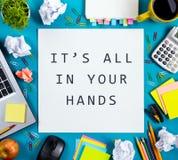 Está todo em suas mãos A mesa com fontes, almofada da tabela do escritório de nota vazia branca, copo, pena, PC, amarrotou o pape Foto de Stock Royalty Free