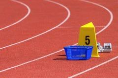 Estádio atlético com pistas de atletismo e blocos do começo fotografia de stock royalty free