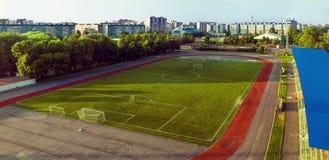 Estádio da cidade: campo de futebol em uma manhã ensolarada Fotos de Stock Royalty Free