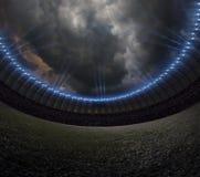 Estádio de futebol com iluminação, céu noturno da grama verde fotografia de stock royalty free