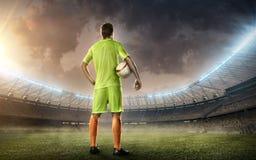 Estádio de futebol com jogador de futebol Fotos de Stock