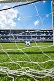 Estádio de futebol e bola atrás da rede das portas Imagens de Stock