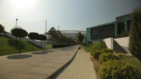 Estádio de futebol moderno e a academia ao lado dele, tiro geral 2 video estoque