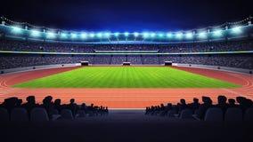 Estádio do atletismo com campo da trilha e de grama na opinião lateral da noite Foto de Stock Royalty Free