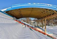 Estádio dos esportes exteriores na neve um o dia de inverno claro sem povos Foto de Stock Royalty Free